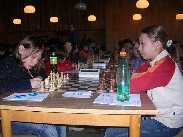 Kristýna Sabolová (vlevo) je novou mistryní republiky v šachu v kategorii dvanáctiletých.