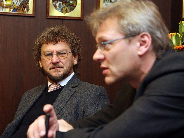 Starostové Ústí nad Orlicí a České Třebové Richard Pešek (vlevo) a Jaroslav Zedník při úterním společném jednání vedení sousedních měst.