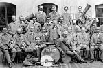 Preislerova dechovka v roce 1907. Uprostřed je kapelník František Preisler, zcela vpravo nahoře je Karel Morkes z Bezděkova, sedící třetí zprava je Karel Honl, majitel cihelny u  hřbitova, ve střední řadě čtvrtý zleva je sklenář a malíř betlémů Felix Mehl