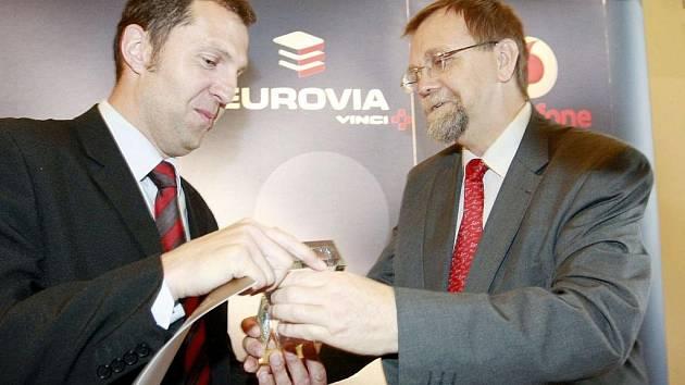 Jiří Dytrt přebírá ocenění.