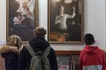 Výstava mísí dva světy.