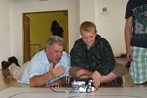 Workshop česko-amerického robotického kempu v žamberské tělocvičně.