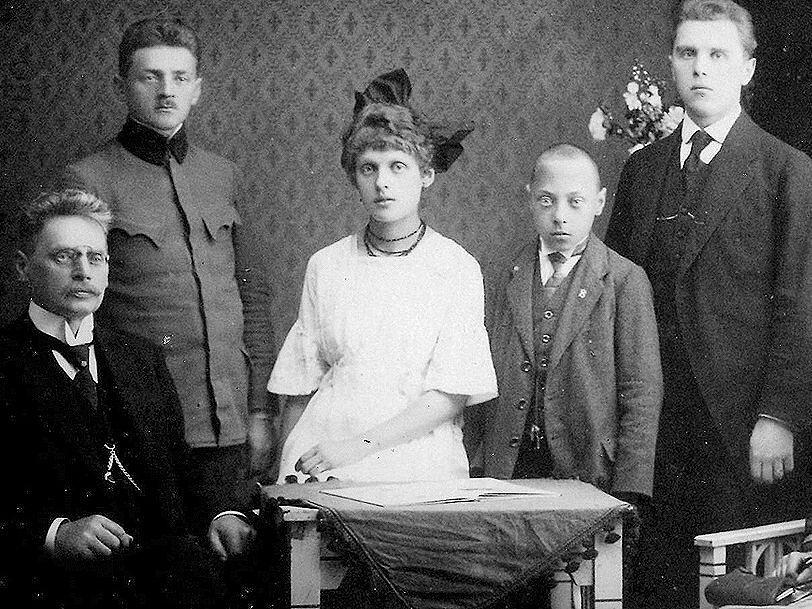 Karel O. Hubálek  (vlevo) s rodinou. Zleva nad otcem syn Jaroslav, dcera Eva, syn Miloš, syn Vladimír.