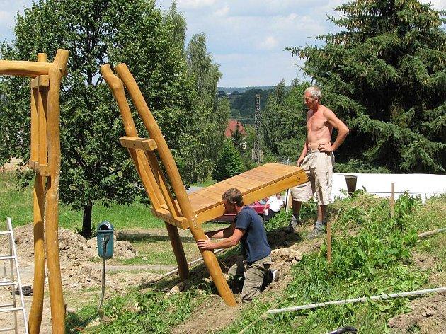 DĚTSKÉ HŘIŠTĚ se zhruba desítkou dřevěných hracích prvků, které nahradí původní kovové prolézačky, se buduje Pod Jelenicí v České Třebové.