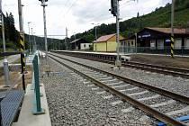 Modernizovaná železniční zastávka a trať v Lanšperku.