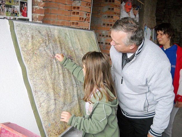 Návštěvníci u mapy.