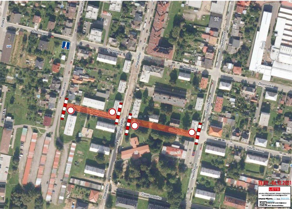 Tento týden v Lanškrouně také začaly úplné uzavírky silnic v ulicích Olbrachtova a Seifertova. Potrvají do prosince. V Olbrachtově ulici skončí uzavírka 6. prosince, Seifertova ulice bude hotová o týden později. Na snímku je zvýrazněná Olbrachtova ulice.