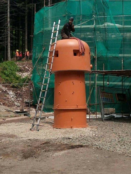 V pátek v Tvrzi Bouda na Orlicku proběhlo osazování dvou replik pancéřových zvonů pro lehký kulomet na srubu KS 22a.
