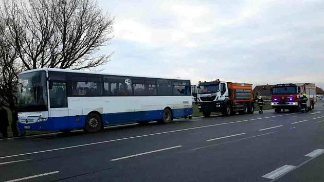 Autobus se srazil se sypačem