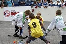 Hokejbal na náměstí.