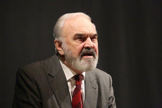 Nová hra Divadla Járy Cimrmana České Nebe v Roškotově divadle.
