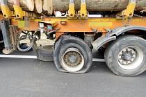 Poškozená pneumatika u náklaďáku.