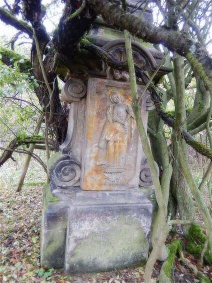 Kamenný kříž vpoldru Žichlínek vdobě, když byl objeven.