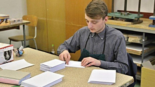 Tradiční řemeslo ručních knihařů se učí studenti odborné školy a učiliště v Lanškrouně.