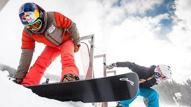 PŘÍPRAVA ve startovní bráně. Eva Samková se chystá vlétnout na trať. Vpravo jeden z účastníků ČEPS kempu.