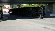 Kamion se nevešel pod most, zablokoval dopravu.