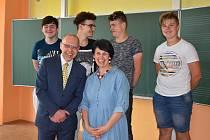 Filip Mareš, Lukáš Preisler, Tobiáš Vacek, Tadeáš Horák zaznamenali příběh svého učitele Zdeňka Hübnera. S tím vším jim pomáhala paní učitelka Radka Urbánková