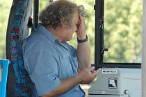 Vysoké teploty dávají pořádně zabrat také řidičům autobusů