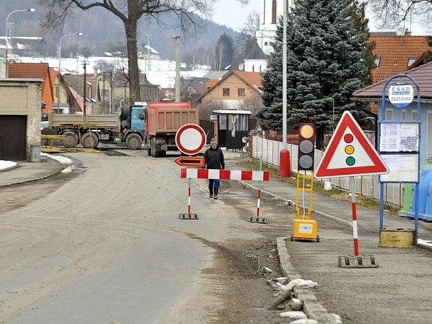 Uzavírka a objížďka v Dlouhé Třebové kvůli budování kanalizace.