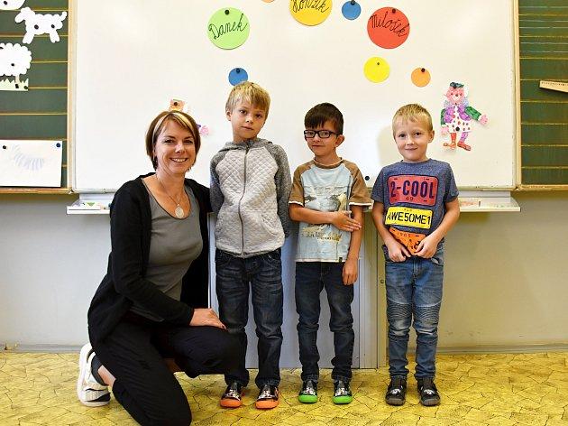 Žáci Danek, Honzík a Milošek z 1. třídy Základní školy Ostrov u Lanškrouna s paní učitelkou Hanou Hamplovou.