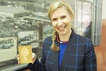 Kateřina Valachová si ze zahájení čtvrtého ročníku TECHNOhrátek odvezla zajímavý dárek – vlastní laserem vyrobený portrét, který vyrobili žáci druhého ročníku.