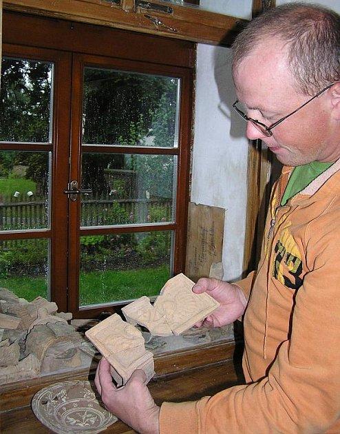 David Smyčka se svými nálezy hliněných střepů.