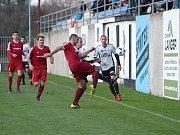 Fotbalisté Převýšova (v modrém) v akci v jednom z utkání ČFL. Ilustrační fotografie.