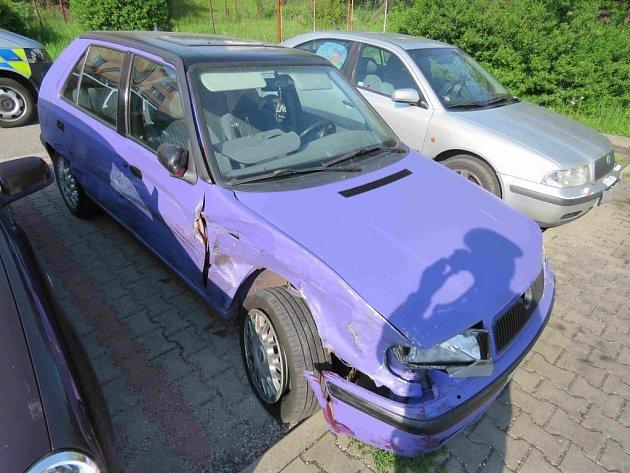 VČeské Třebové se střetlo punto sfelicií. Policisté pátrají po řidiči felicie, který od nehody ujel.