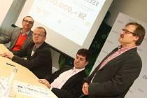 """Ředitel ústecké nemocnice Jiří Řezníček (vpravo) při """"tiskovce"""" v ústecké nemocnici."""