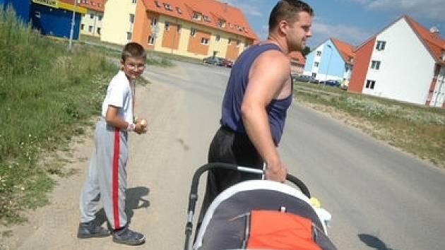 Luděk Jursa, otec dvou dětí, na procházce po rudoltické  obytné zóně Zámeček.