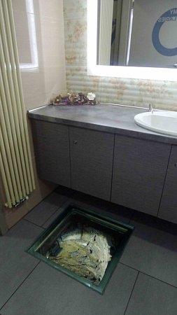 Studna na dámských záchodcích.