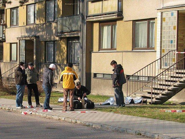 Žena na místě podlehla zraněním po pádu ze 7. patra paneláku na sídlišti Štěpnice v Ústí nad Orlicí.