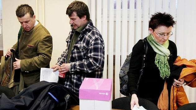 Trojice obžalovaných (zleva) Marcel Řehák, Daniel Řehák a Radmila Řeháková.