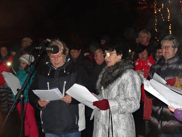 Česko zpívá koledy v Černovíru.