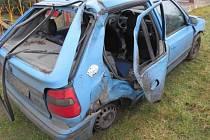 Zdemolovaná felicie, se kterou havaroval mladý řidič mezi Cotkytlí a Štíty.