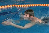 V ústeckém krytém bazénu se plavala dobročinná štafeta.