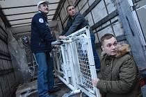 Kamiony s humanitární pomocí, které vyjely z Jablonného nad Orlicí, na Ukrajinu dopravily moderní nemocniční lůžka.