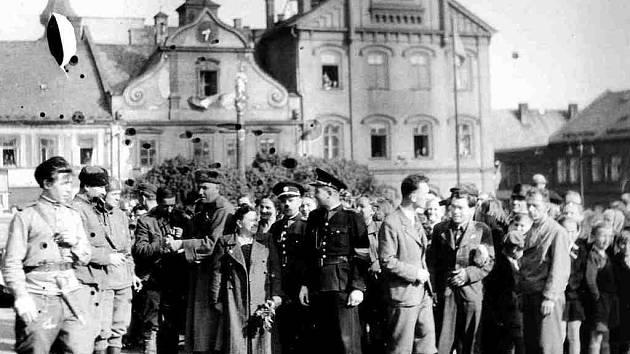 Českotřebovští občané s dlouho očekávanými vojáky Rudé armády na Starém náměstí 10. května 1945.