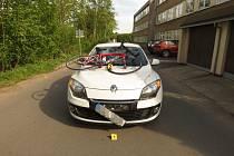 Nehoda osobního auta a cyklisty v Ústí nad Orlicí.