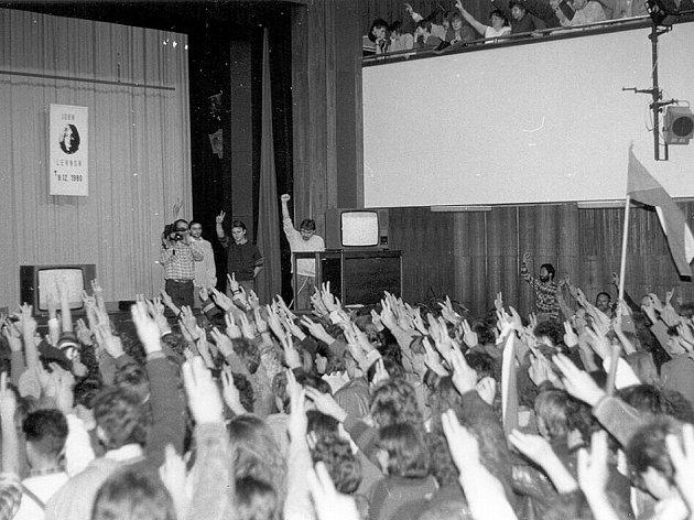Vladimír Zamazal s kamerou na pódiu sálu ústeckého kulturáku při jednom z prvních mítinků v Ústí v listopadu 1989.