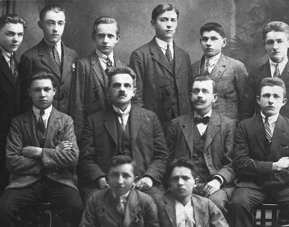 Třída truhlářů v pokračovací škole. Druhý sedící zleva je opět učitel Antonín Hrdina, třetí učitel Zámečník.