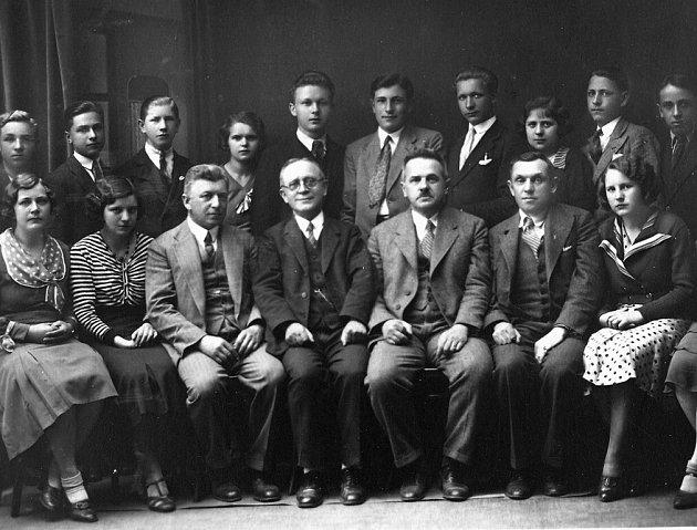 Pokračovací škola pro holiče, kadeřníky a vlásenkáře v roce 1933. Čtvrtý sedící zleva je holič František Hlaváček, pátý učitel Antonín Hrdina, vedle učitel Antonín Kunst.