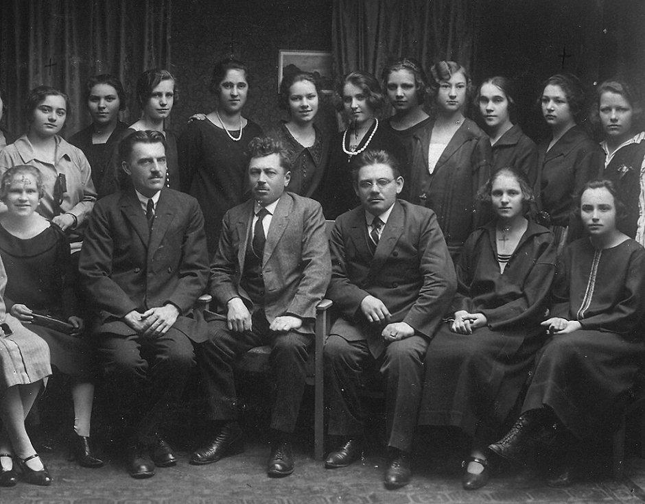 A opět pokračovací škola švadlen. Sedící třetí zprava je Alois Sobotka, majitel dámského krejčovství v Hýblově ulici.