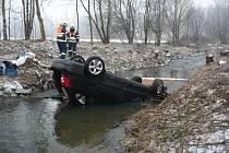V Lipkovském potoce skončilo auto na střeše.