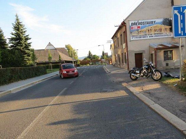 Místo dopravní nehody v Lanškrouně. Policie hledá svědky.