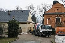 V areálu Domova pod hradem Žampach porochází rekonstrukcí bývalý obslužný objekt, kterému se říká Na Výsluní.