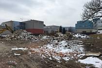 Bouráním starých garáží začala stavba nového centrálního příjmu v orlickoústecké nemocnici