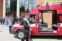 Nový dopravní automobil sboru dobrovolných hasičů v Ústí nad Orlicí pokřtil kaplan ústecké farnosti Vít Horák.