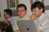 Stanislav Havel (uprostřed) z kandidátky SNK II se stal po odchodu radního a zastupitele Jana Skotálka novým členem ústeckoorlického zastupitelstva.
