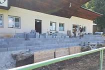 Ze stavby nové tribuny v Lanškrouně.